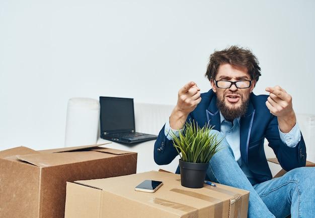 Geschäftsmann-bürokästen mit dingen, die lebensstil auspacken, der sich bewegt