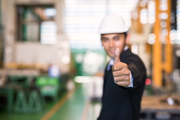 Geschäftsmann daumen hoch im fabriklager