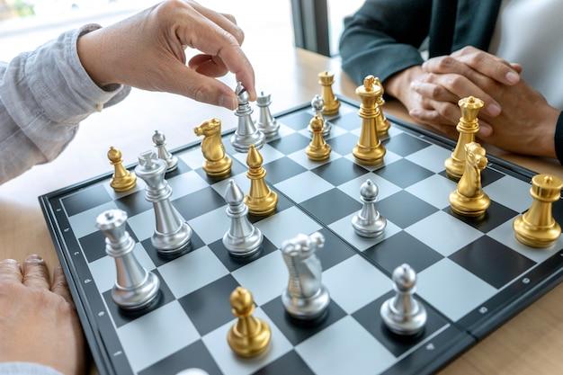 Geschäftsmann denken und halten könig schach auf seiner hand,