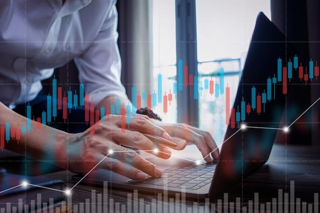 Geschäftsmann, der aktienhändler arbeitet, die eine analyse des digitalen marktes und der investitionen durchführen
