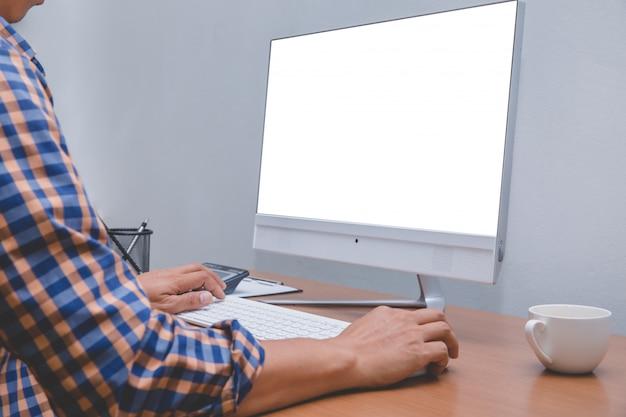 Geschäftsmann, der am computer arbeitet