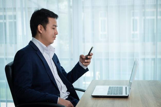 Geschäftsmann, der am schreibtisch im büro arbeitet