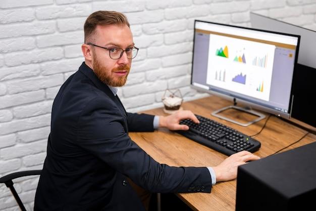 Geschäftsmann, der am schreibtisch sitzt