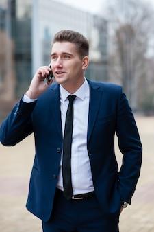 Geschäftsmann, der am telefon auf der straße spricht