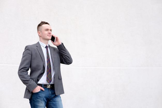Geschäftsmann, der am telefon beim gehen spricht