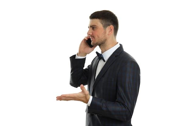 Geschäftsmann, der am telefon spricht, lokalisiert auf weißem hintergrund.