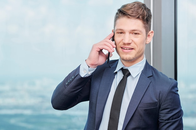Geschäftsmann, der am telefon spricht