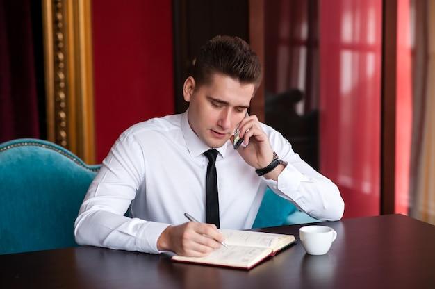 Geschäftsmann, der am telefon spricht.