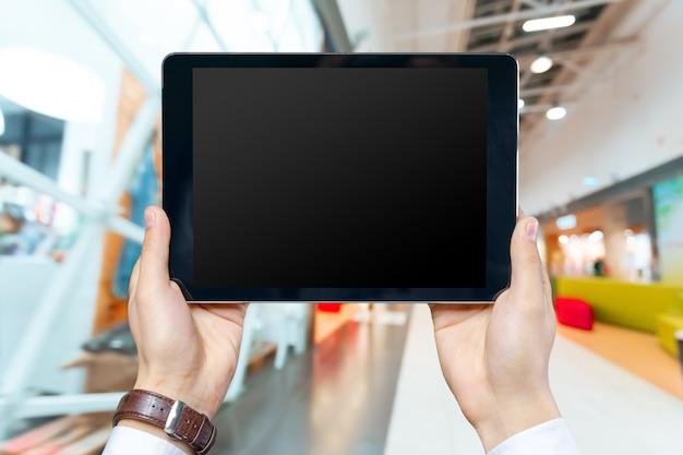 Geschäftsmann, der an digitalem tablett arbeitet