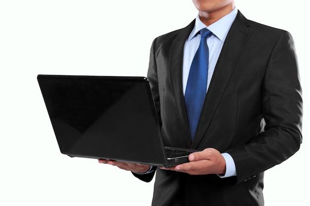 Geschäftsmann, der an einem laptop arbeitet