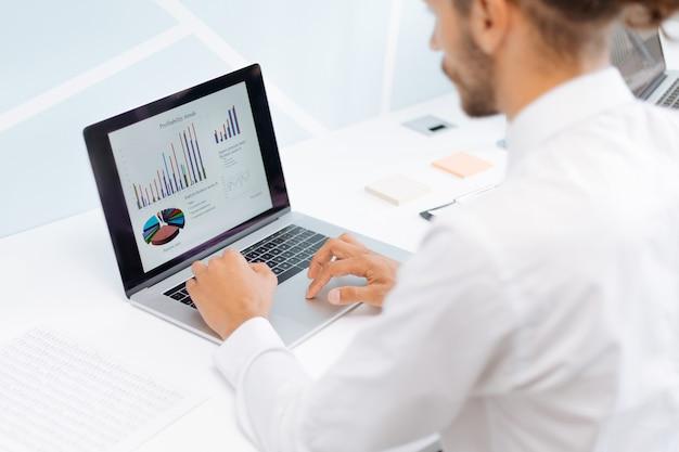 Geschäftsmann, der an einem laptop im büro arbeitet. foto mit einem exemplarplatz.