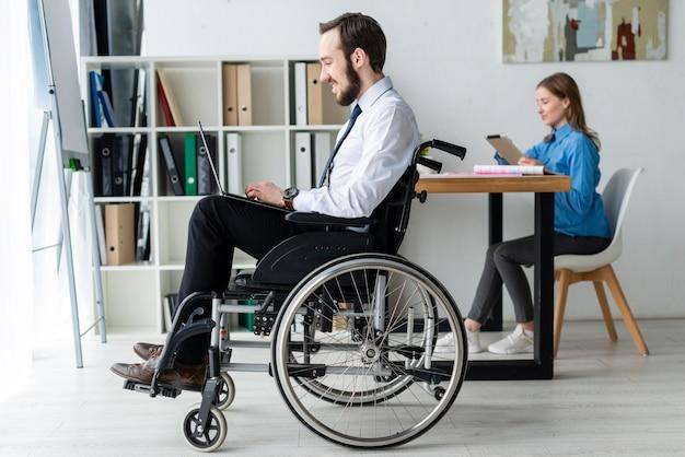 Geschäftsmann, der an einem laptop im büro arbeitet