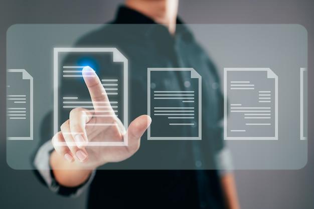 Geschäftsmann, der an einem modernen computer auf einem virtuellen bildschirm online-papierkram arbeitet