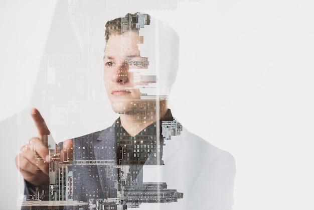 Geschäftsmann, der an einem virtuellen bildschirm arbeitet