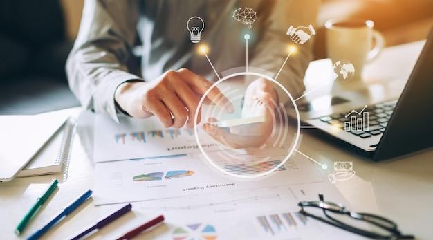Geschäftsmann, der an projekt für swot analysiert unternehmensfinanzbericht mit grafiken der vergrößerten realität arbeitet