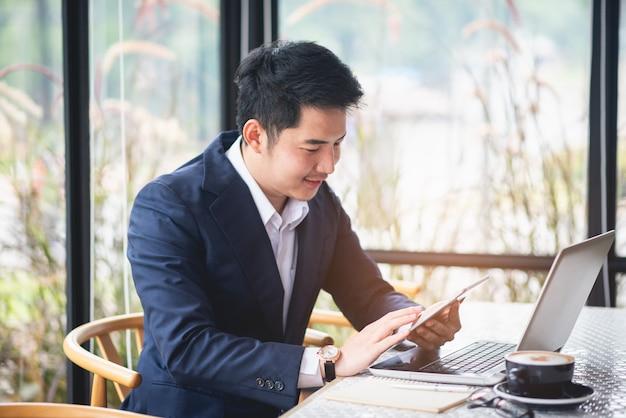 Geschäftsmann, der an schreibtischbürogeschäft arbeitet