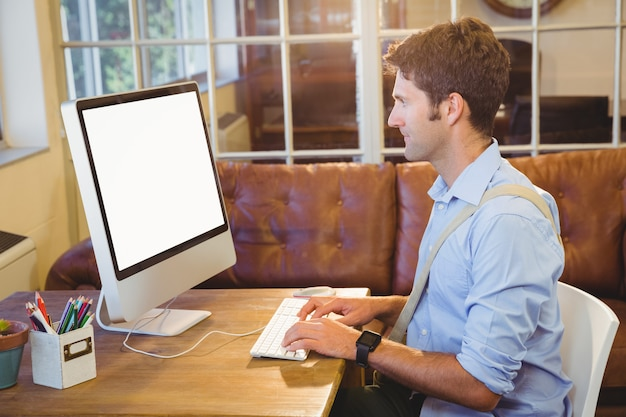 Geschäftsmann, der an seinem büro arbeitet