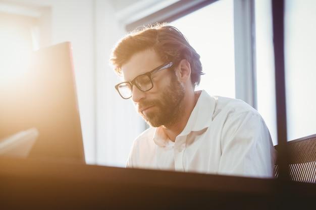 Geschäftsmann, der an seinem computer arbeitet