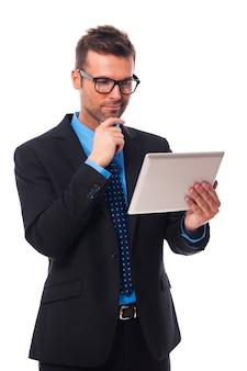 Geschäftsmann, der an seinem digitalen tablett arbeitet