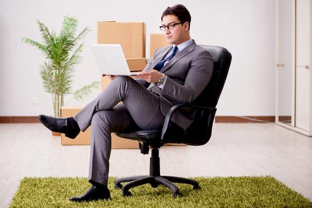 Geschäftsmann, der an seinem laptop arbeitet