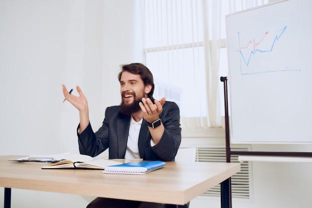 Geschäftsmann, der an seinem schreibtisch sitzt, bürofinanzierungsarbeit
