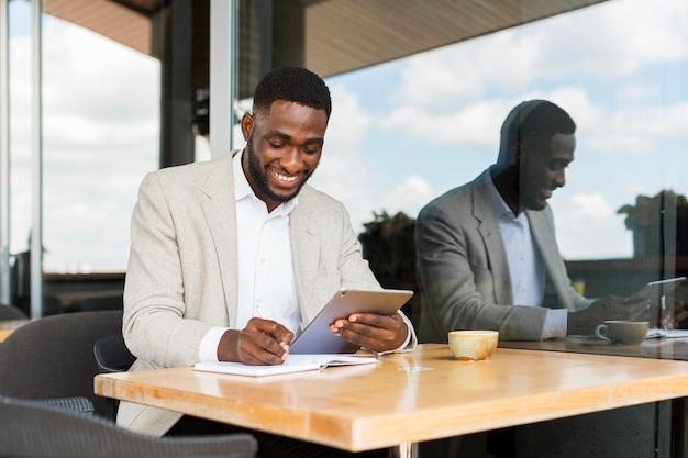 Geschäftsmann, der an tablette arbeitet