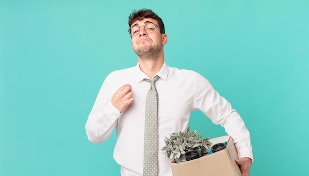 Geschäftsmann, der arrogant, erfolgreich, positiv und stolz aussieht und auf sich selbst zeigt. kündigungskonzept