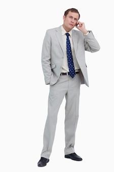 Geschäftsmann, der auf anrufer hört