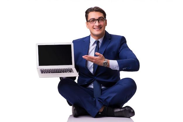 Geschäftsmann, der auf dem fußboden getrennt auf weiß sitzt