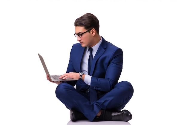 Geschäftsmann, der auf dem fußboden getrennt sitzt