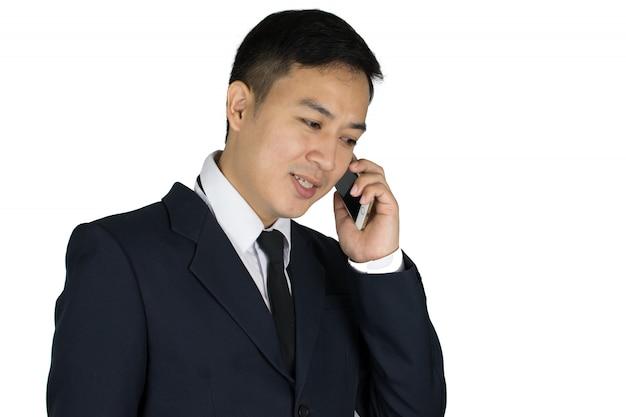 Geschäftsmann, der auf dem mobiltelefon spricht