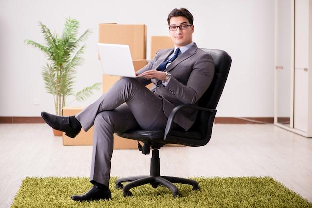 Geschäftsmann, der auf dem stuhl im büro sitzt