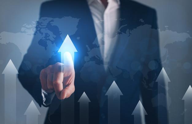 Geschäftsmann, der auf die globale entwicklungspfeiltabelle zeigt. geschäftsentwicklung zum erfolgskonzept.