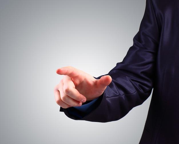 Geschäftsmann, der auf eine touchscreen-schnittstelle drückt