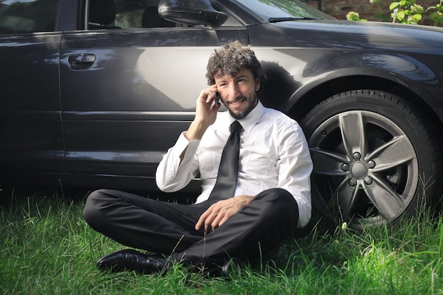 Geschäftsmann, der auf einem smartphone spricht