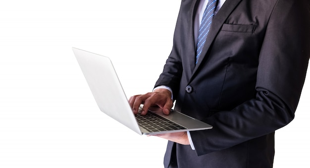Geschäftsmann, der auf laptoptastatur schreibt