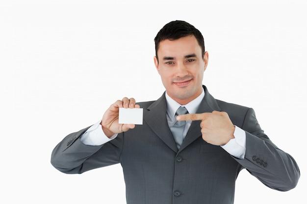 Geschäftsmann, der auf sein businesscard zeigt