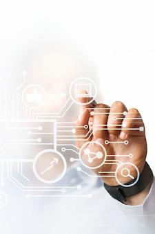 Geschäftsmann, der auf seine geschäftspräsentation auf dem digitalen hochtechnologiebildschirm zeigt