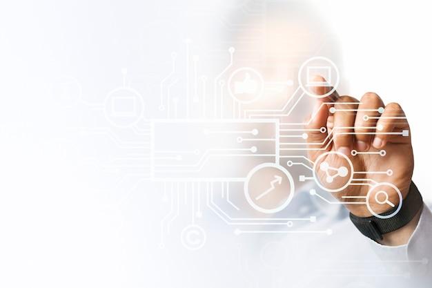 Geschäftsmann, der auf seine präsentation auf dem futuristischen digitalen bildschirm zeigt