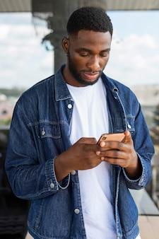 Geschäftsmann, der auf smartphone schaut