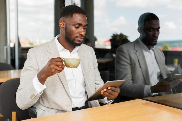Geschäftsmann, der auf tablette schaut
