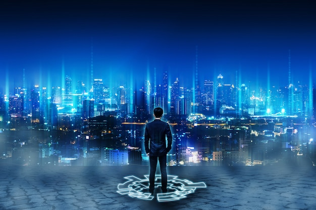 Geschäftsmann, der auf zukünftiger netzstadt steht