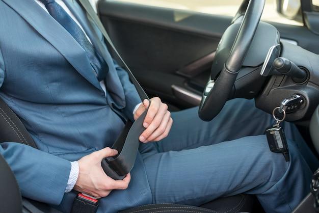 Geschäftsmann, der auto fährt