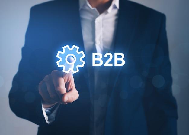 Geschäftsmann, der b2b digitaler bildschirm zeigt. handel, technologie, marketingkonzept
