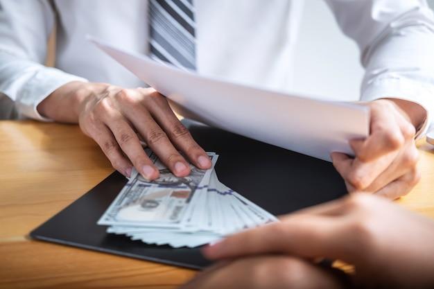 Geschäftsmann, der bestechungsgeld in den geschäftsleuten gibt, um erfolg den abkommenvertrag zu geben