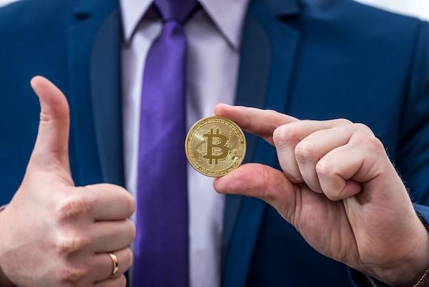 Geschäftsmann, der bitcoin in der hand hält