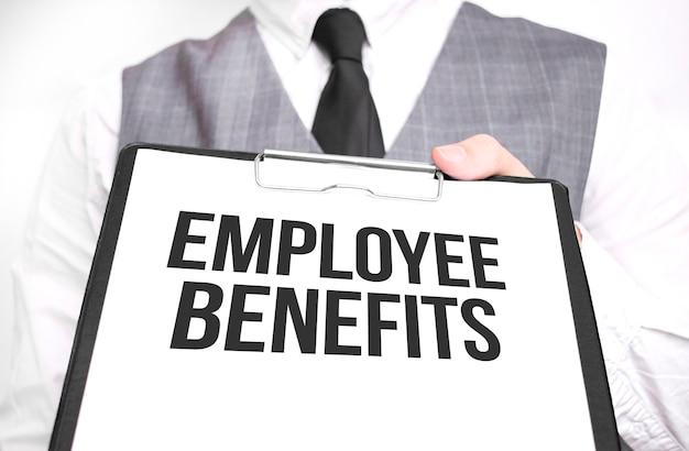Geschäftsmann, der blatt papier mit einer nachricht employee benefits hält