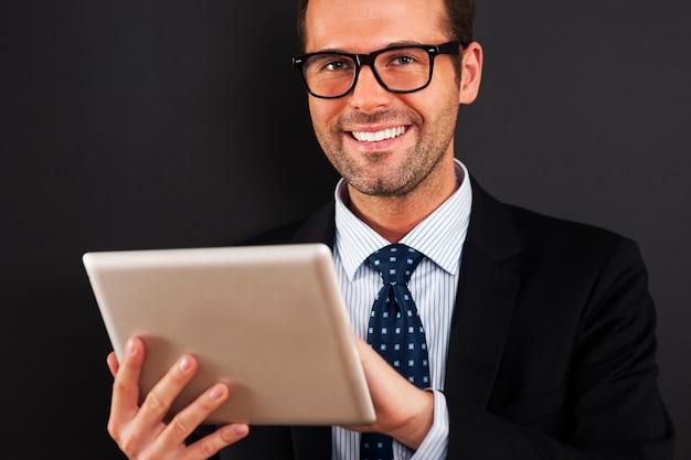Geschäftsmann, der brille mit digitalem tablett trägt