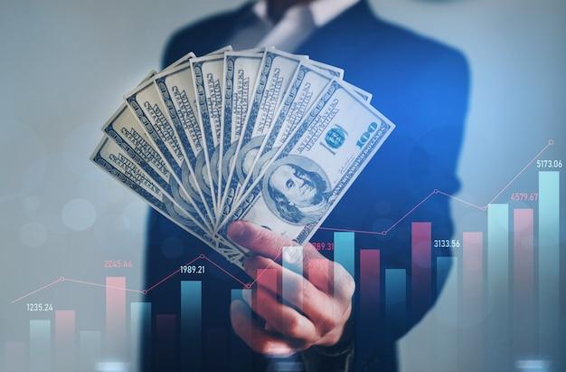 Geschäftsmann, der bündel von dollars hält. finanzinvestitionen und wachsende wachstumsentwicklung.