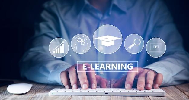 Geschäftsmann, der computer und e-learning-text arbeitet